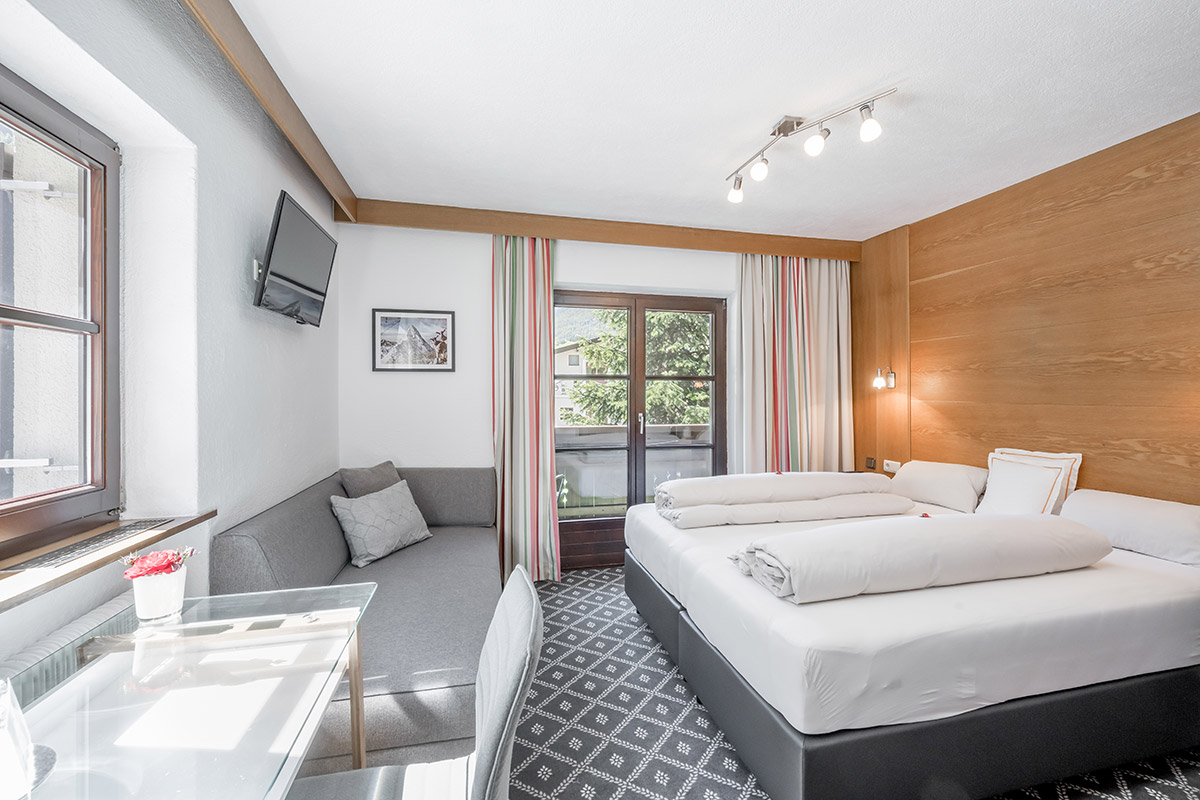Cosiness combined with comfort on approx. 20 m2 for 2 - 3 people: shower, toilet, hairdryer, WiFi, cable TV, room safe, balcony and sofa bed for 3rd person