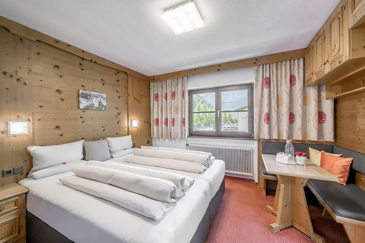 Feel good and vacation in the center of Sölden on approx. 20 m2 for 2 people: shower, toilet, hair dryer, WiFi, cable TV, room safe and balcony.
