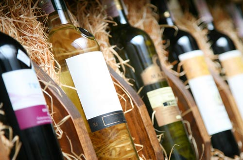 Aus unserer eigenen Leidenschaft zu guten Wein & leckerem Essen, haben wir unsere Wine & Dine Ecke erschaffen. Bedienen Sie sich bei gutem Wein zum Vinothekspreis aus unserem Weinklimaschrank & von herrlichen Köstlichkeiten zum selber Kochen in unserer kleinen Schlemmer- Ecke. Dazu gibt's natürlich auch die passenden Weingläser!