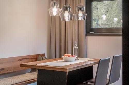 Gipfelblick und Spa-Genuss – großzügige Wohnküche mit Sitzecke, offener Holzkamin, Badezimmer mit Wellnessdusche und Sauna, große Sky-View Terrasse, …