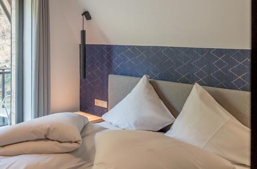 Platz zum Leben und Freifühlen – 1 Schlafzimmer mit Doppelbett, großzügige Wohnküche mit Sitzecke und Ausziehcouch, Badezimmer, möblierter Balkon, …